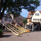 Die Alphornbläser am Lindenplatz vor der Kirche